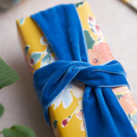 Home Impression Originale big blue velvet ribbon on small gift parcel