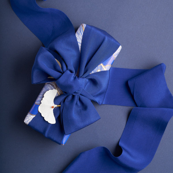 Blue Gift wrap with oversized silk ribbon by Impression Originale