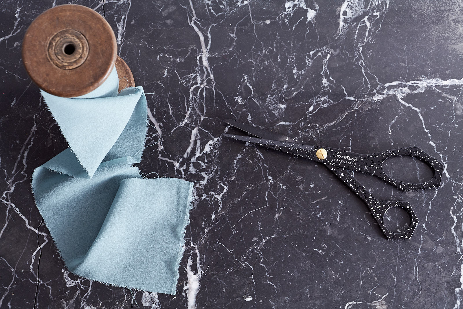 Black marble table with cissors and ribbons Impression Originale Home Bows